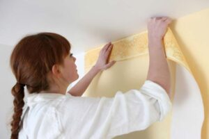 applying decorative wallpaper border
